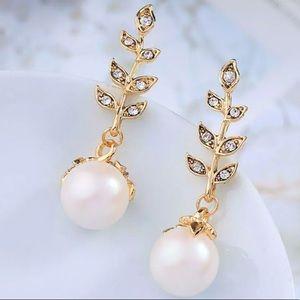 NEW Betsey Johnson Crystal Pearl Dangle Earrings.